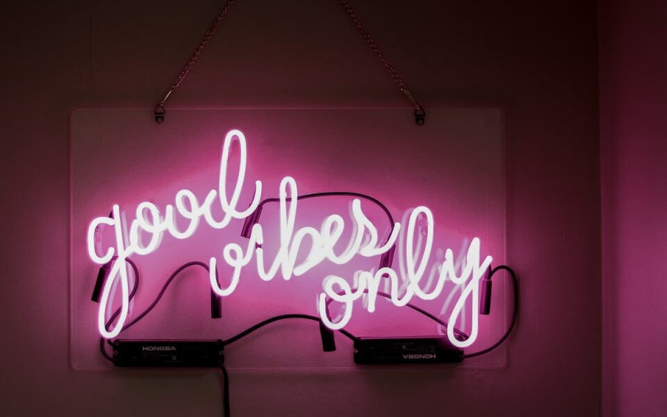 A neon sign saying 'good vibes only'
